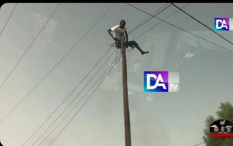 Insolite à Linguère : Un militant de l'Apr monte sur un poteau, attendant le président  (Vidéo)